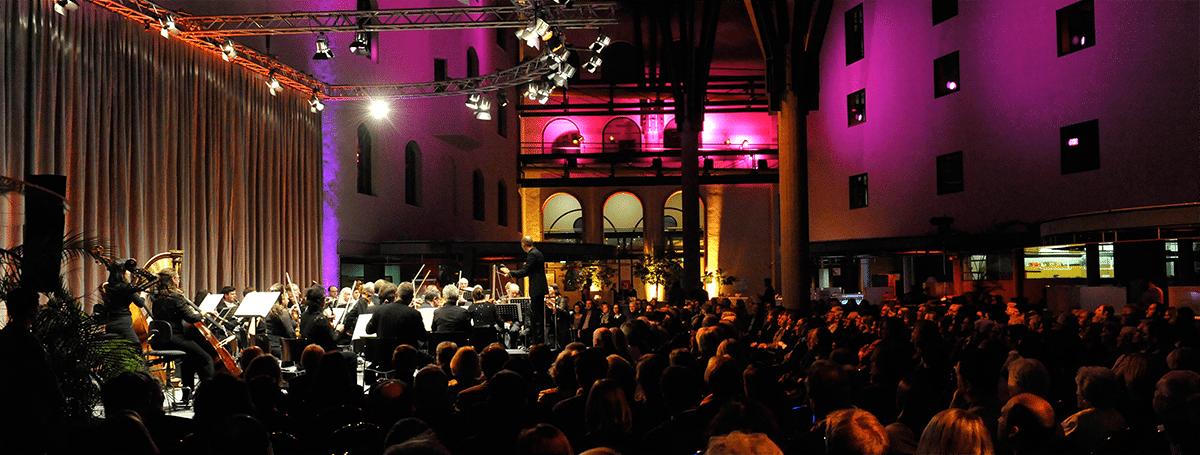Volles Haus in der Stadtsparkasse München. Die Kundenhalle wird zum Konzertsaal.