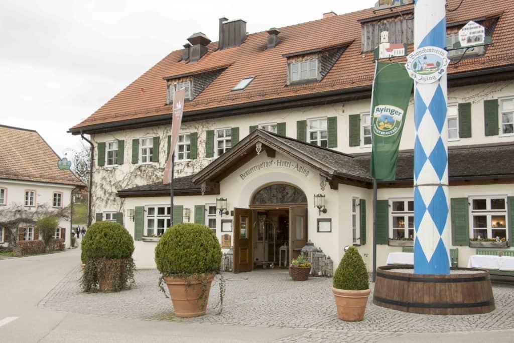 Außenansicht Brauereigasthof Hotel Aying - Eröffnung Restaurant 'August und Maria'