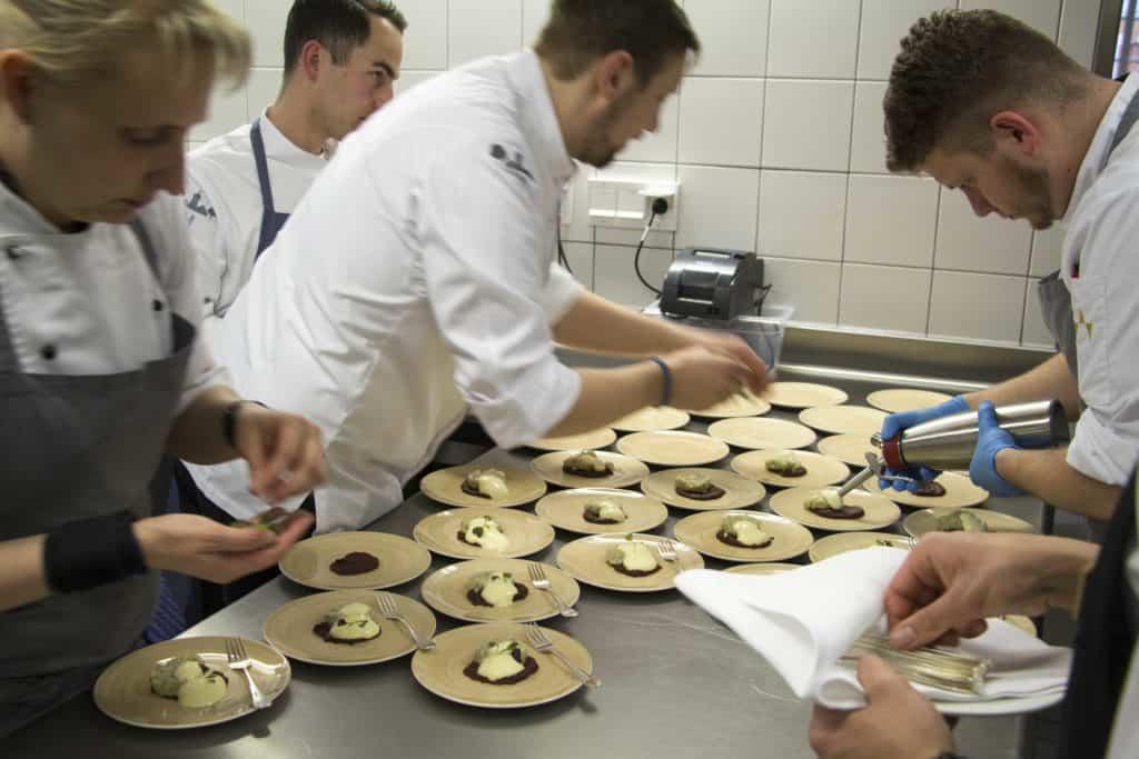 Küchenteam im August und Maria serviert Tatar von der Bachforelle.