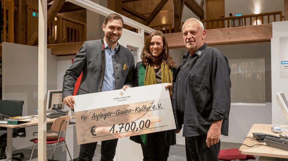 Im Sixthof Aying: Martin und Martina Prankl übergeben den Spendenscheck an Michl Wöllinger